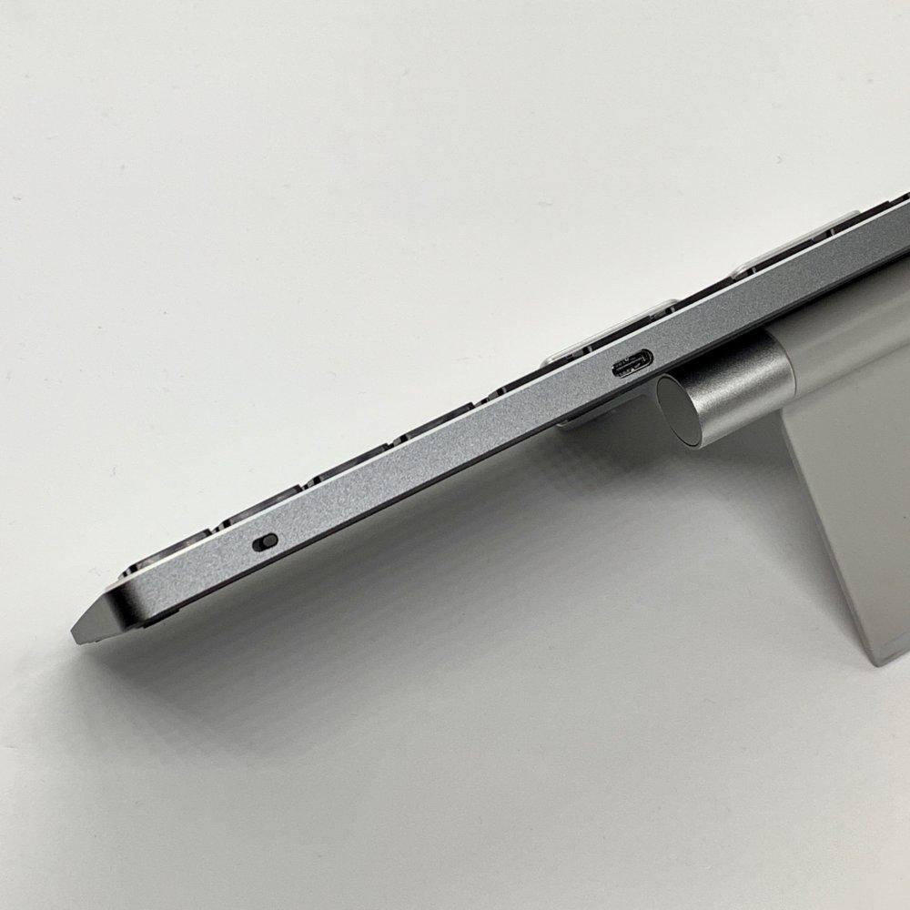 Satechi アルミニウムBluetoothスリムワイヤレスキーボードの上面には電源スイッチとUSBタイプC端子付き