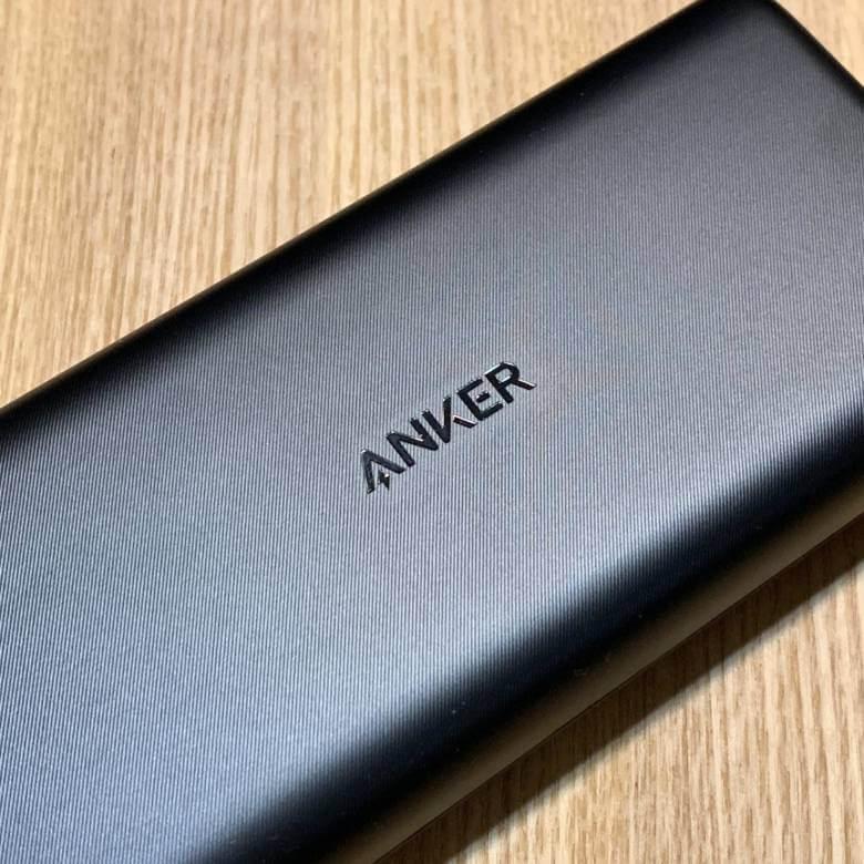 Anker PowerCore Lite 20000の表面にはヘアラインのような凹凸あり