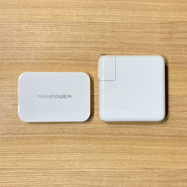RAVPower RP-PC104とMacBook Proの純正アダプターをサイズ比較
