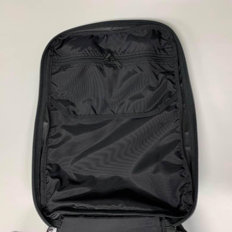 ブリーフィングCLOUD 2WAY PACKのフロント側裏面のジップポケット