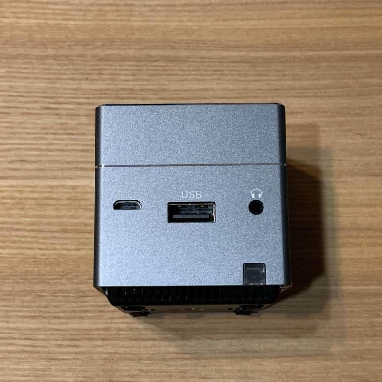 モバイルプロジェクターPico Cube A(ピコキューブエース)の背面には端子類