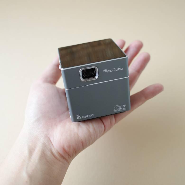 PicoCube Xは手のひらサイズのモバイルプロジェクター